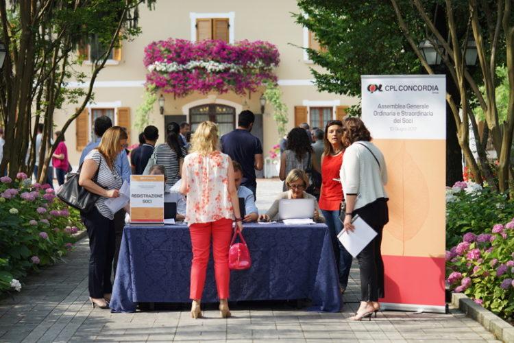 L'accreditamento dei Soci all'ingresso della sede assembleare a Mirandola (MO)